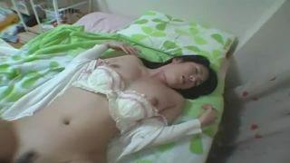 陥没乳首も巨乳Dカップ彼女をバイブ責めで乳首がたったカップルSEX