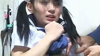 学校の制服を買いに来た可愛い中学生をレイプした店主の鬼畜エロ動画