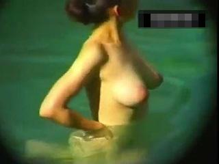 露天風呂でドーンと突き出た巨乳10代女の子の裸を盗撮した動画