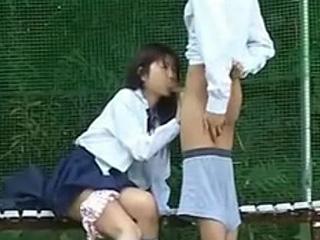 高校生が学校の裏庭でセックスしちゃった同級生のカップルを盗撮