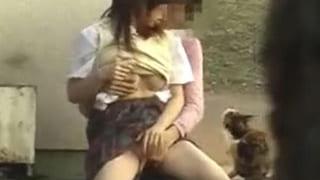 野外でセックスしてる高校生カップルがエッチ現場を盗撮JK動画