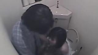 コンビニのトイレで彼女にフェラ抜きして貰ってる盗撮エッチ動画