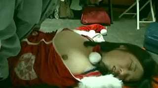 サンタのコスプレ女友達に睡眠薬を飲ませSEX素人レイプ動画