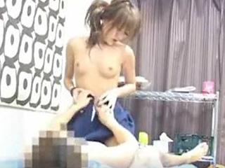 高校生の彼女と制服の着たままセックスしてる盗撮エロ動画を投稿