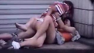 大学生カップルが公園でセックスしてるぜぇーガチ盗撮したエロ動画
