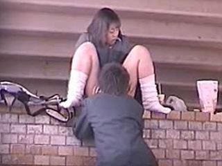 【素人☆盗撮】昼間から堂々と橋の下でセックスしてる高校生カップルを隠し撮りだぁーwww夢中でJK彼女のオマンコを舐め捲る姿がリアルだぜぇーwww|スケベな素人さん