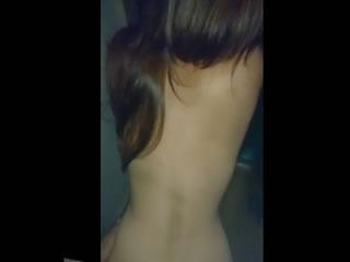 刺激を求めて玄関を開けてセックスしてる夫婦の投稿スマホ動画
