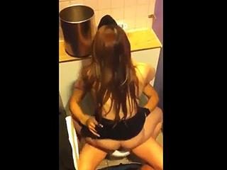 【素人☆スマホ撮影】カラオケBOXのトイレで男友達がJK彼女とセックスしてるんだぁーwww上から内緒で隠し撮りしちゃったぁーwww|スケベな素人さん